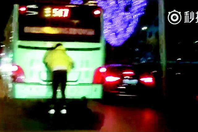 小伙儿脚踩轮滑手扒公交马路上狂奔