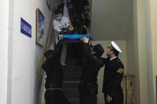 船长下令渡船加速 急救发病老人