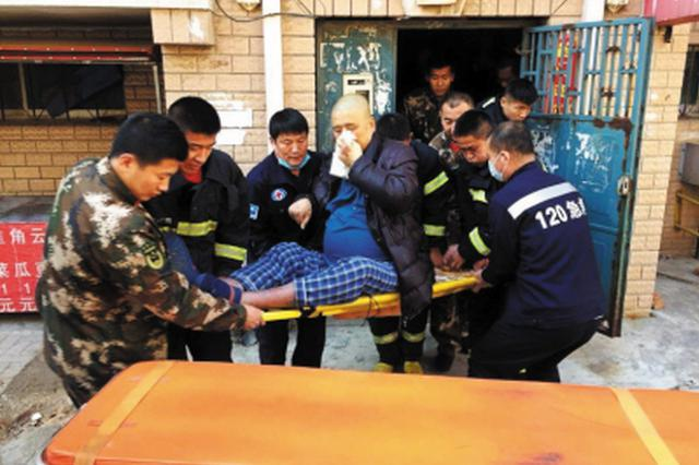 250斤重男子突发心脏病 消防员用间歇法从5楼抬下