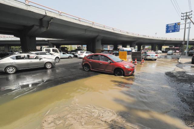繁忙路段本就施工还污水横流