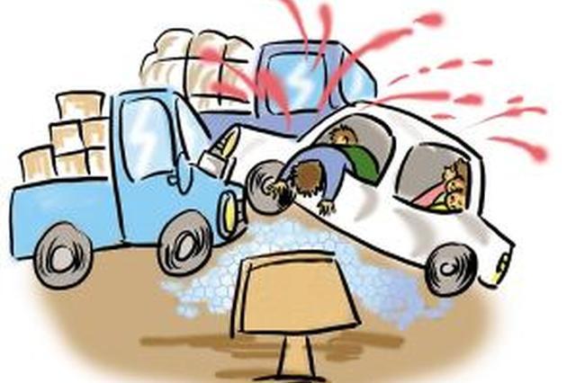 轿车撞上停驶大客 司机受伤被困
