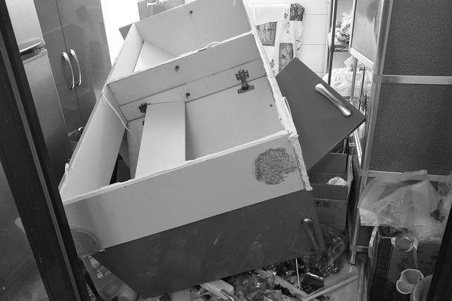 厨房吊柜凌晨掉落 藏酒碎一地