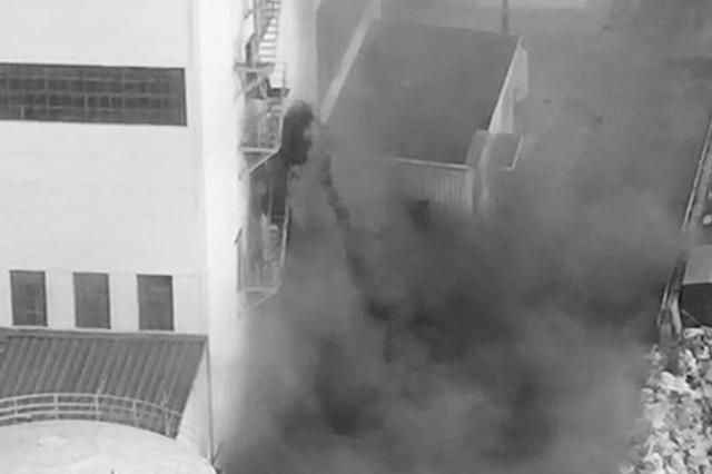 热电厂工人从10多米的高空往下倾倒黑色渣土