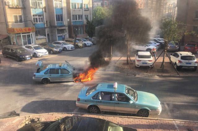出租车起火自燃,火势凶猛。