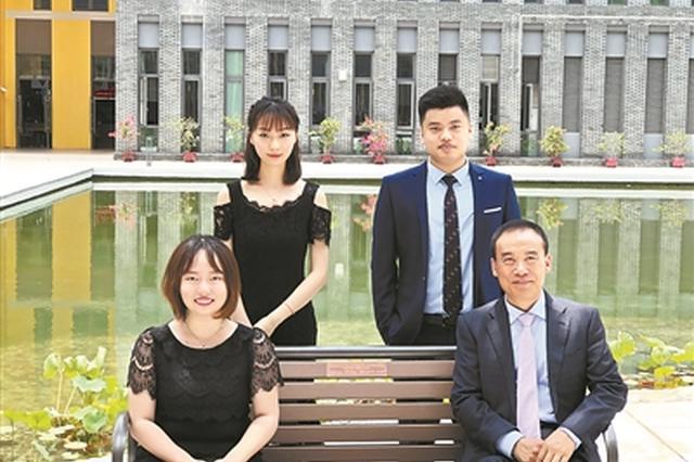 李芷璇(前左)和严丹阳(后左)坐在有自己名字标牌的长椅上,与中国工程院院士、香港中文大学(深圳)校长徐扬生(前右)合影。