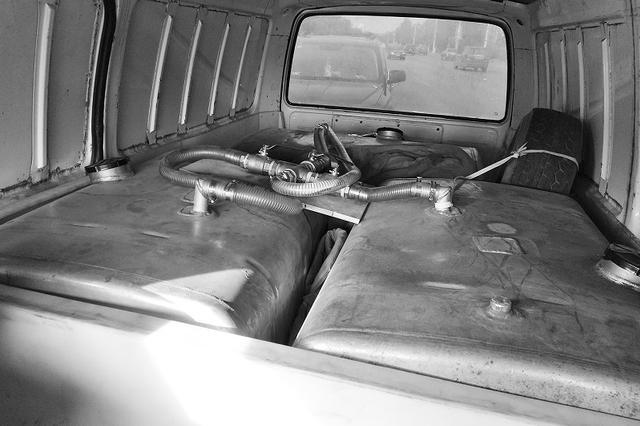 男子无证酒驾还拉着550升汽油