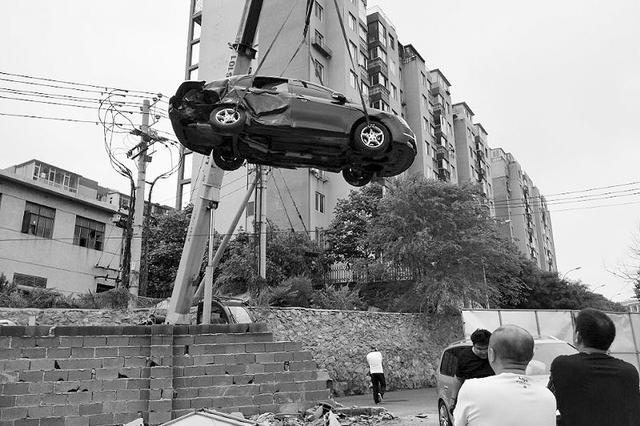 """凌晨两车撞倒院墙""""拱进""""院子"""