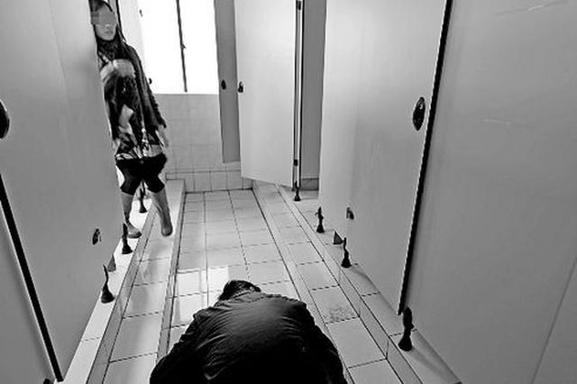 高校女生上卫生间 发现隔壁蹲位竟露出男人脚