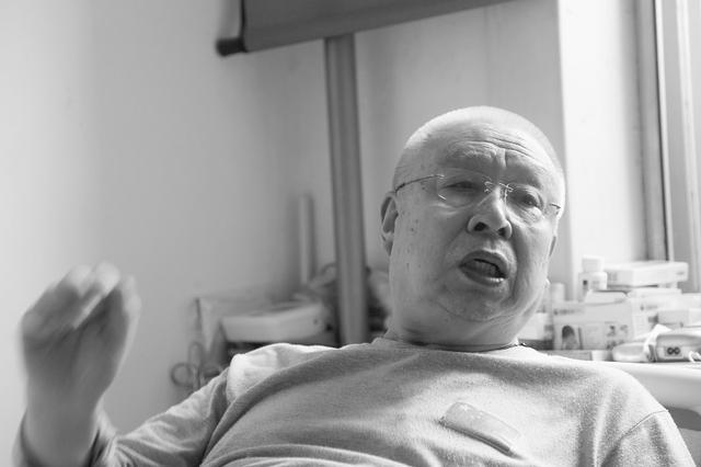 77岁老人买菜摔伤 扑倒在路边私家车上
