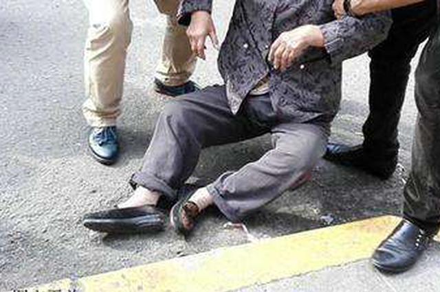 女司机扶起摔倒老人并送其回家