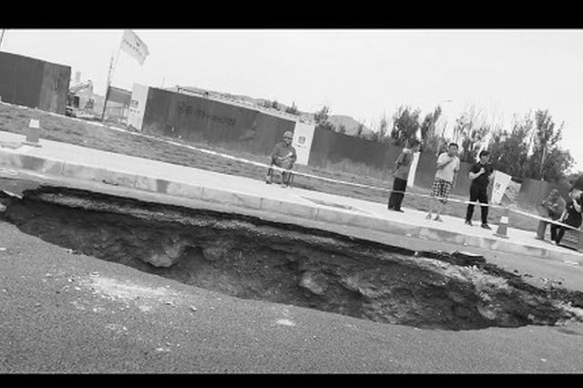 路面突然塌陷 罐车栽进4米深大坑