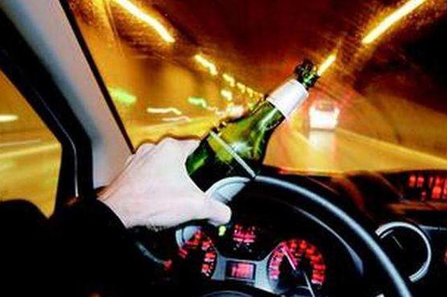 男子无证酒驾遇夜查撞多车逃逸