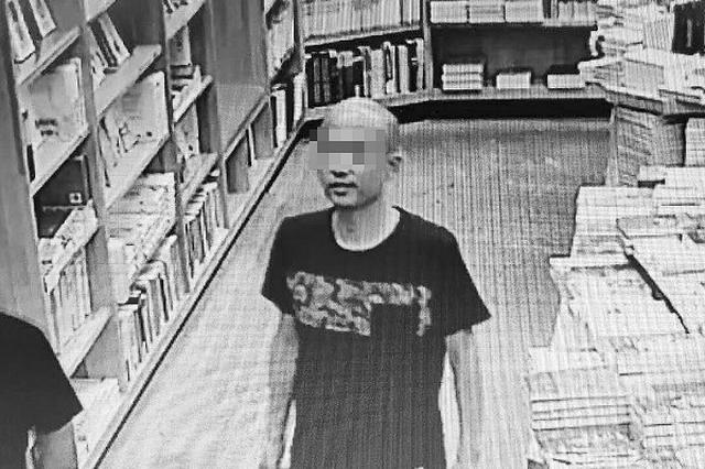 男子带孩子去书店 偷走标价上万元茶壶