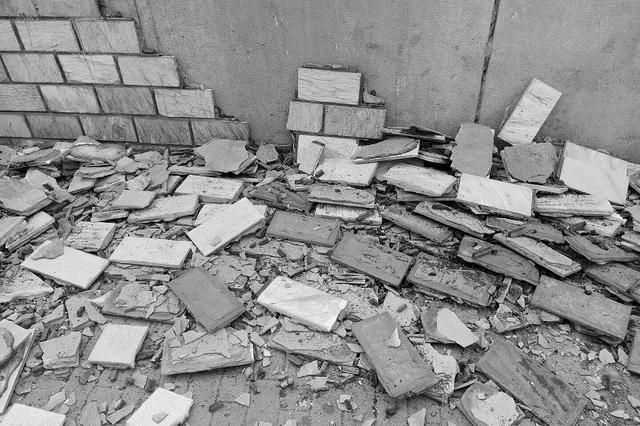 公交站旁挡土墙瓷砖大面积脱落
