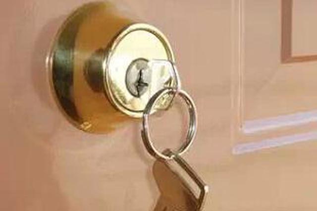 钥匙插锁孔没拔 幸遇仗义快递小哥