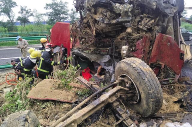 大货车刹车失灵翻车司机被卡