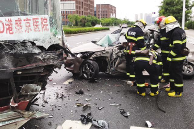 轿车撞上公交车被挤扁 消防员出动救出司机