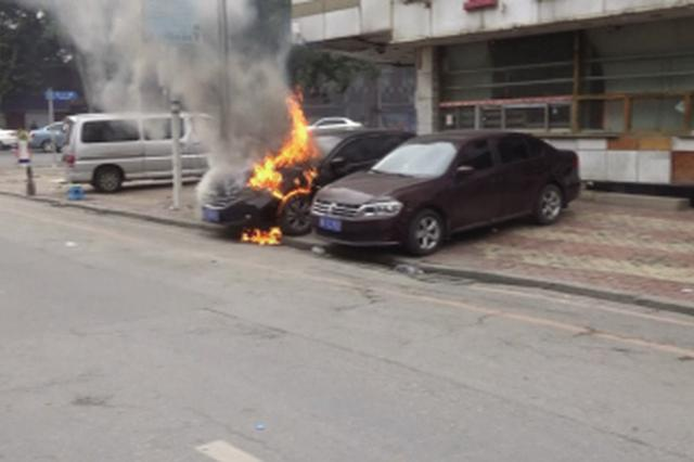 轿车突然自燃 消防紧急扑救