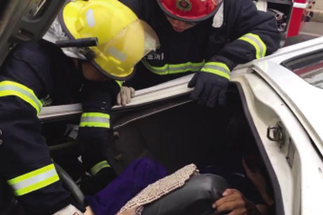 """面包车被""""撞碎"""" 消防救出司机"""