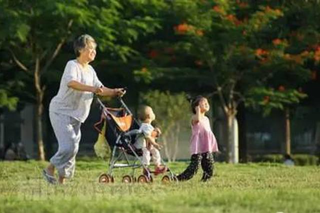 奶奶照看孙子婴儿车被人推走