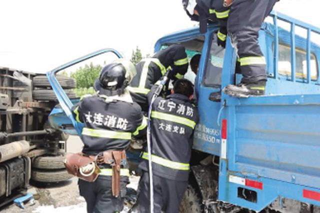 两车相撞油箱泄漏 消防救援