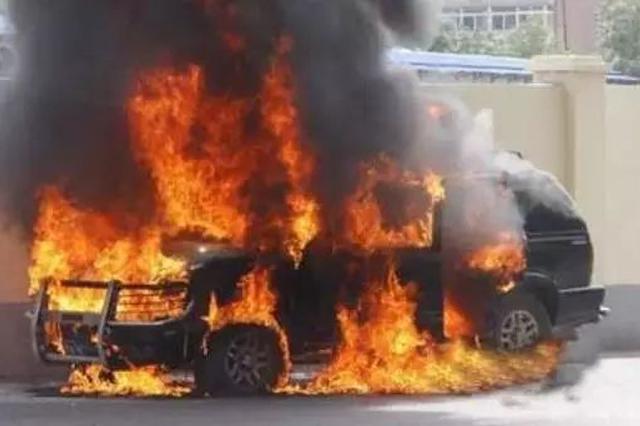 停驶车辆自燃 差点烧到旁边车
