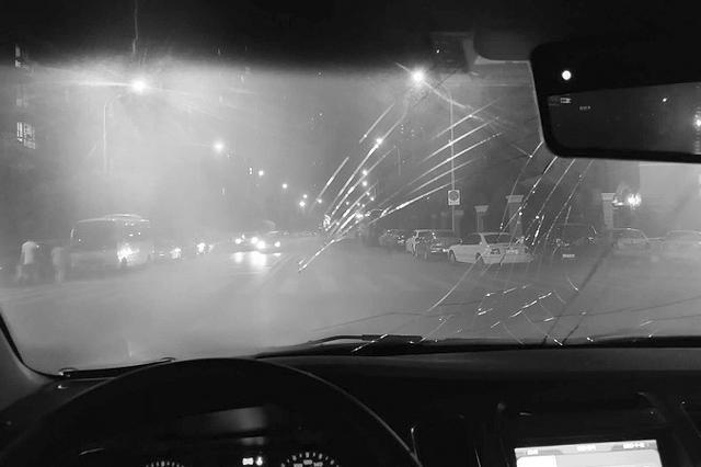 夜晚一伙人在甘区马路中央拦车