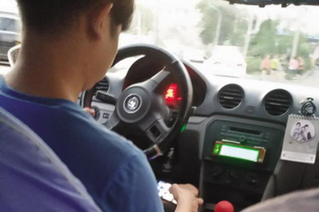 司机一边开车一边玩手机。