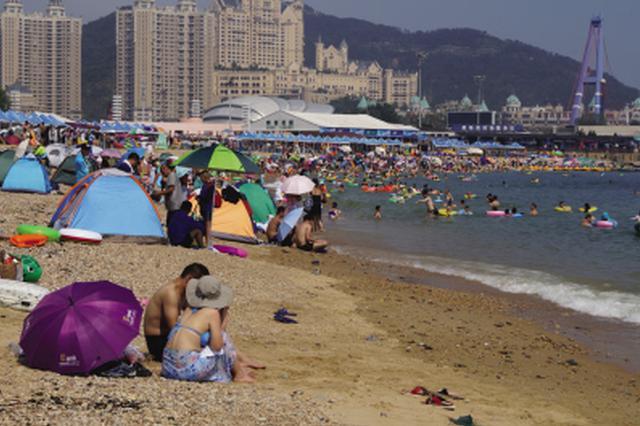 """连续暑热星海湾浴场爆滩 6万人次""""洗海澡"""""""