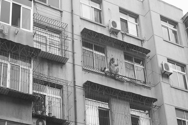 5楼火大烟浓男孩困阳台急等救援