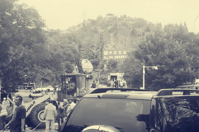 中南路一加油站附近大型油罐车泄漏