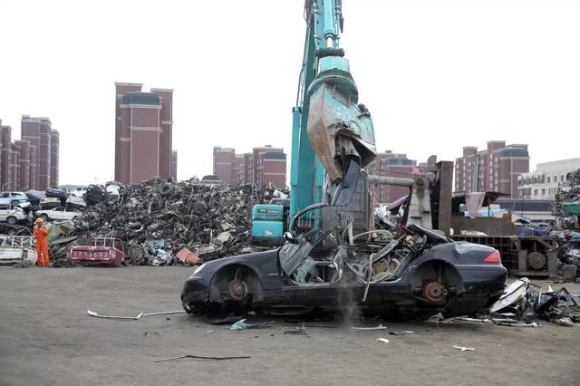 交警支队对逾期未处理机动车依法进行强制拆解