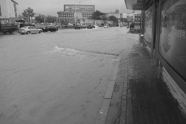 77条公交线路因暴雨停运或区间运行