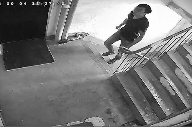 门锁没撬开 小偷从家里出来