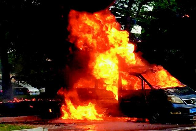 商务车突起大火爆炸原是私人非法加油站