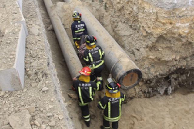 老汉坠入5米多深坑 消防员紧急出动