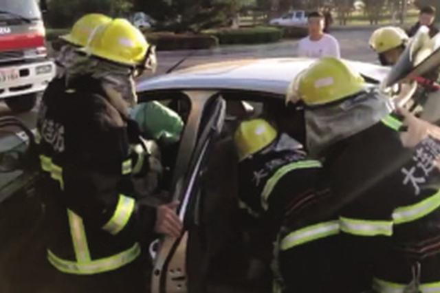 两车相撞乘客卡住 消防紧急破拆救援