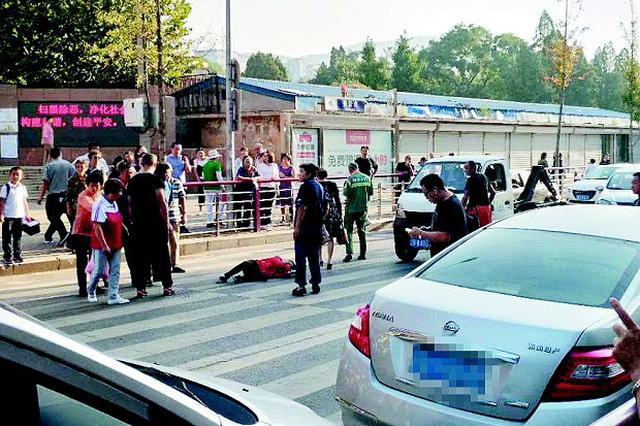 女子送孩子上学人行道上被撞倒