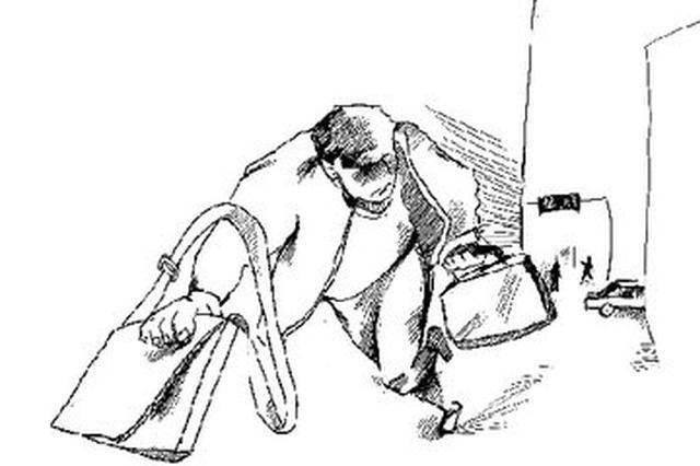 女子手包放购物车上转身工夫被拿走