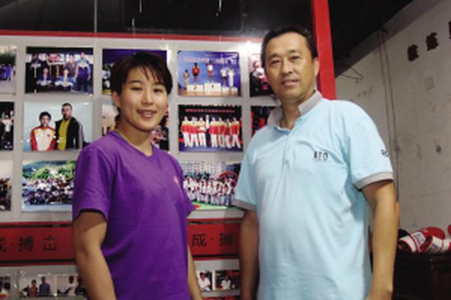 王聪(左)与大连籍教练辛友。