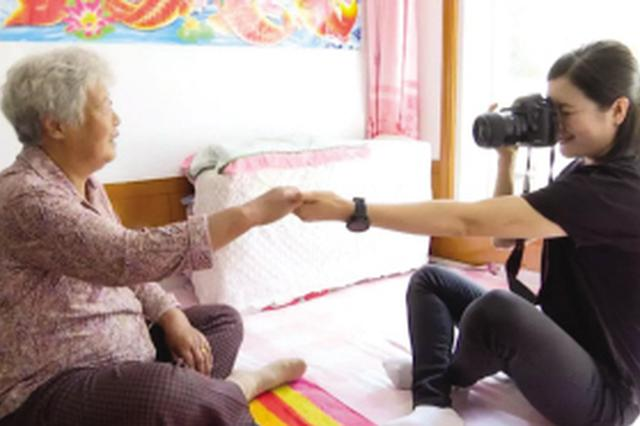 """90后女孩拍摄近千张""""奶奶""""相片"""