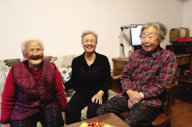62岁的老人照顾俩妈:一位100岁一位88岁