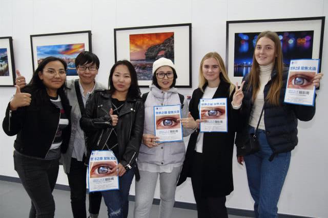 30个国家100位留学生参观摄影展 齐赞大连美