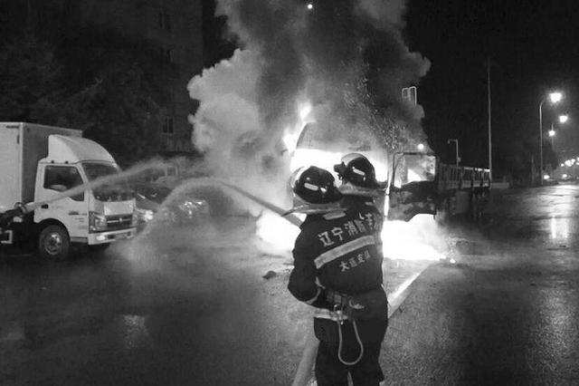 雨夜掛車自燃 現場傳出爆炸聲