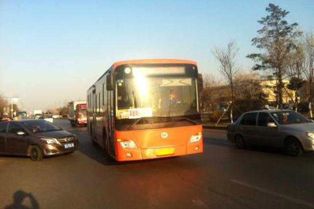 沈阳公交车撞上等红灯大货车 车上10名乘客受伤