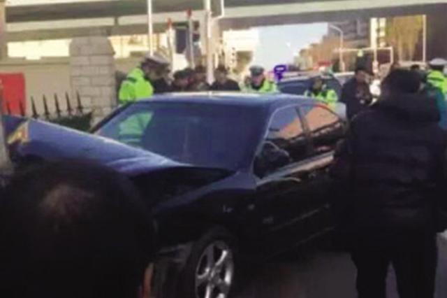 一轿车一头撞向小学大门 所幸未伤人