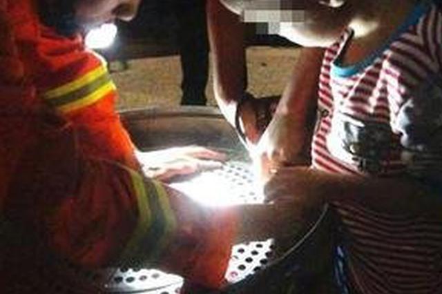 两岁孩子贪玩手指卡进钢盘窟窿
