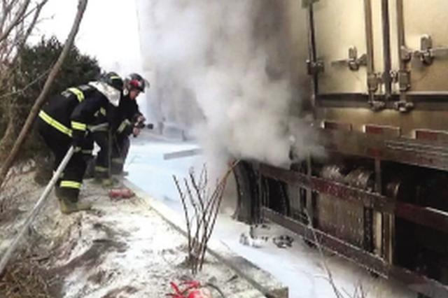 满载食品货车起火 消防队员紧急扑救