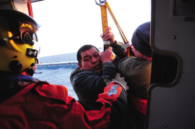 大连海域一艘运砂船进水翻沉 直升机冰海中救出12人