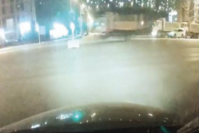 组团恶意闯红灯 六辆大货车被查处